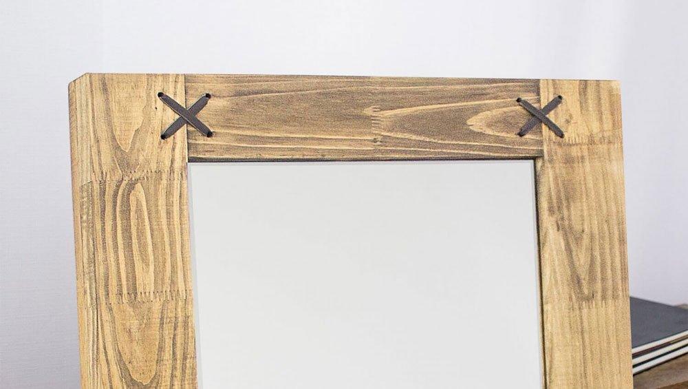 """Detalhes: moldura com acabamento natural tingido e detalhes em """"X"""" de corano."""