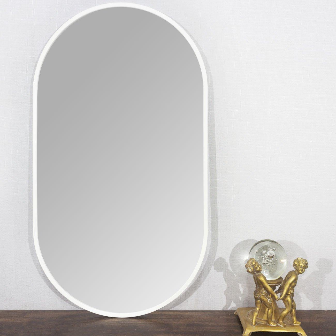 Espelho retangular sobre aparador.