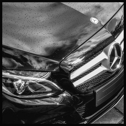 Quadro Decorativo em Preto e Branco Carro Esportivo Frente Mercedes Benz 80x80cm