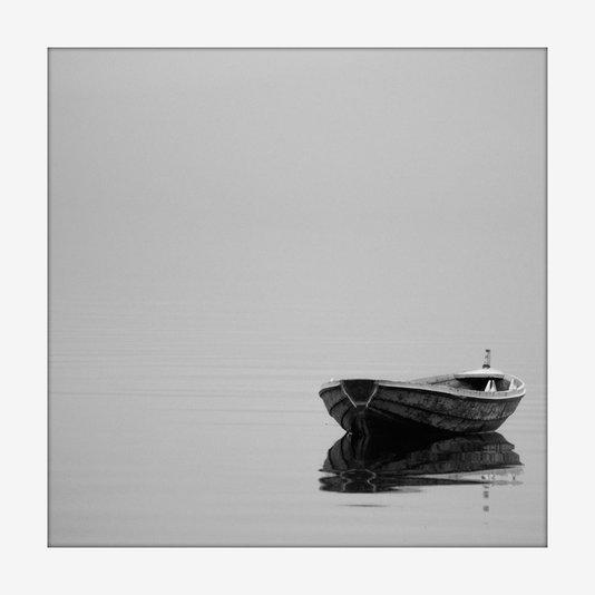 Quadro Moldura Branca Imagem Minimalista Ilustração Barco Preto e Branco 20x20cm