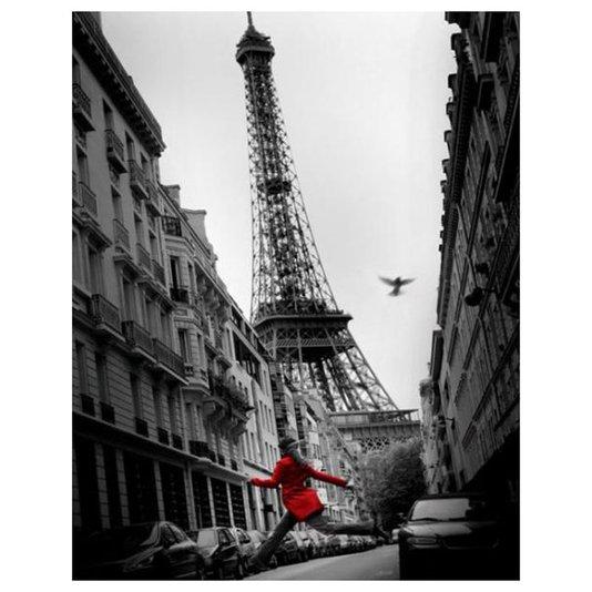 Gravura Poster para Quadros Mulher de Vermelho Pulando na Rua Torre Eiffel 40x50cm