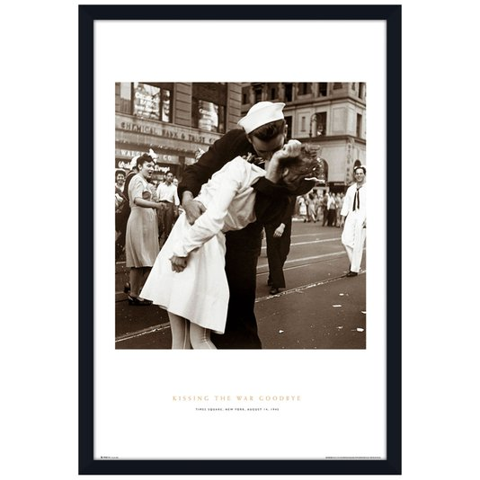 Poster com Moldura Kissing The War Goodbye Beijo Fim da Guerra s/ Vidro 60x90cm