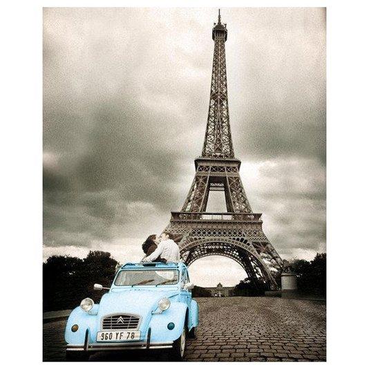 Poster Torre Eiffel em Paris Casal Namorando em Carro Azul 40x50cm com/sem Moldura