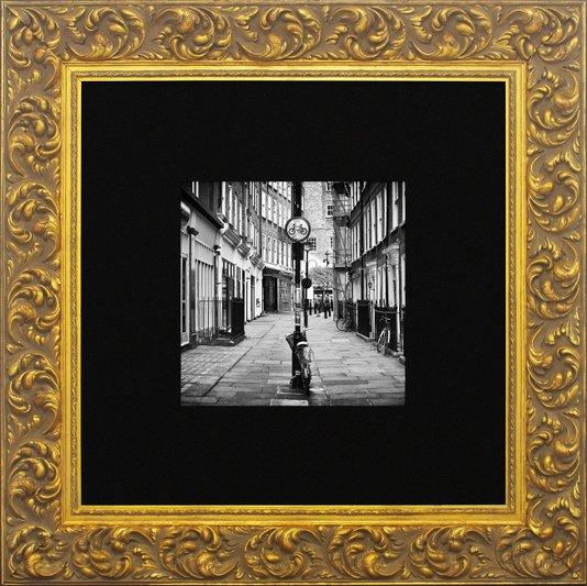 Quadro Clássico com Moldura Dourada Gravada Meard Street 80x80cm
