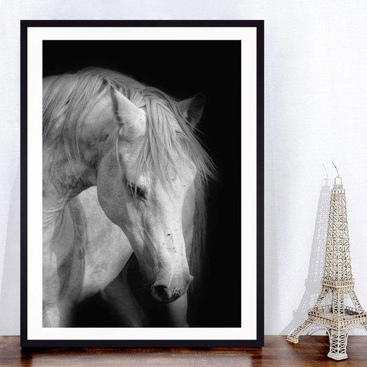 Quadro Decorativo com Moldura Preta Cavalo em Preto e Branco 70x100cm