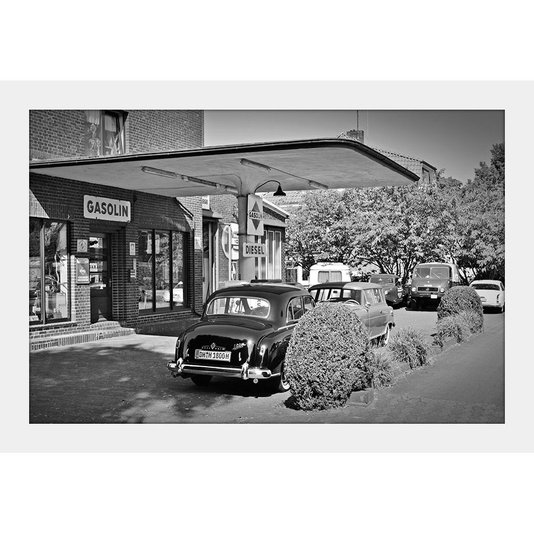 Quadro Decorativo Preto e Branco Posto de Gasolina Antigo Moldura Branca 30x20cm