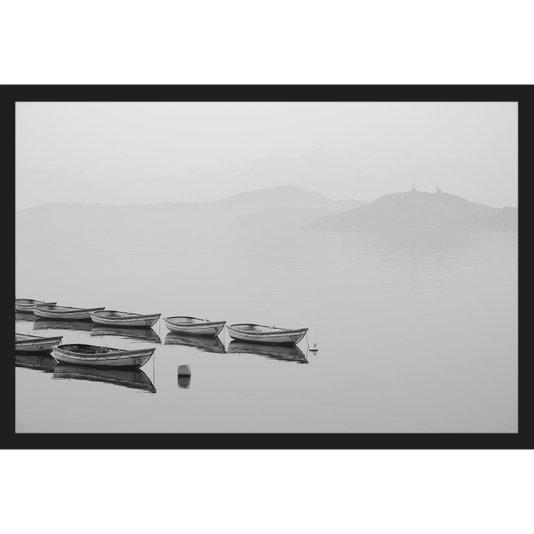 Quadro Escandinavo em Preto e Branco Barcos em Lago 60x40cm