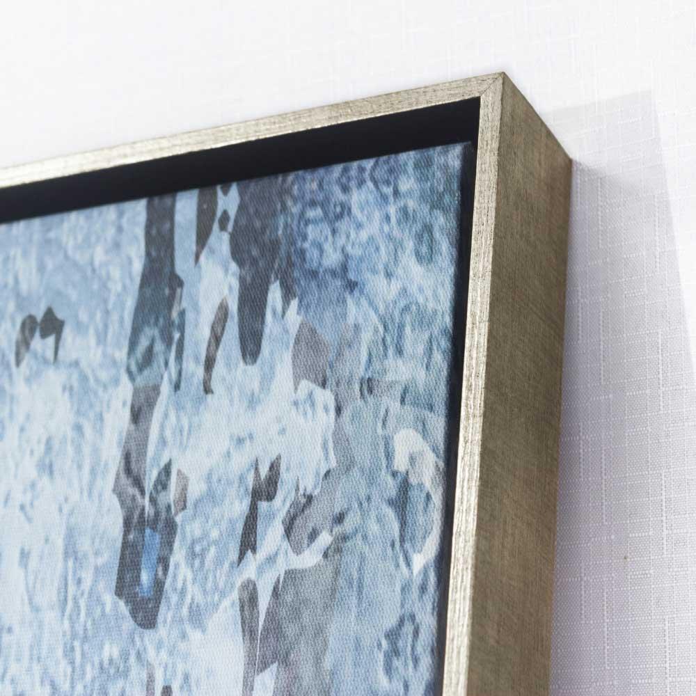 Foto real: detalhes moldura flutuante e tela canvas.