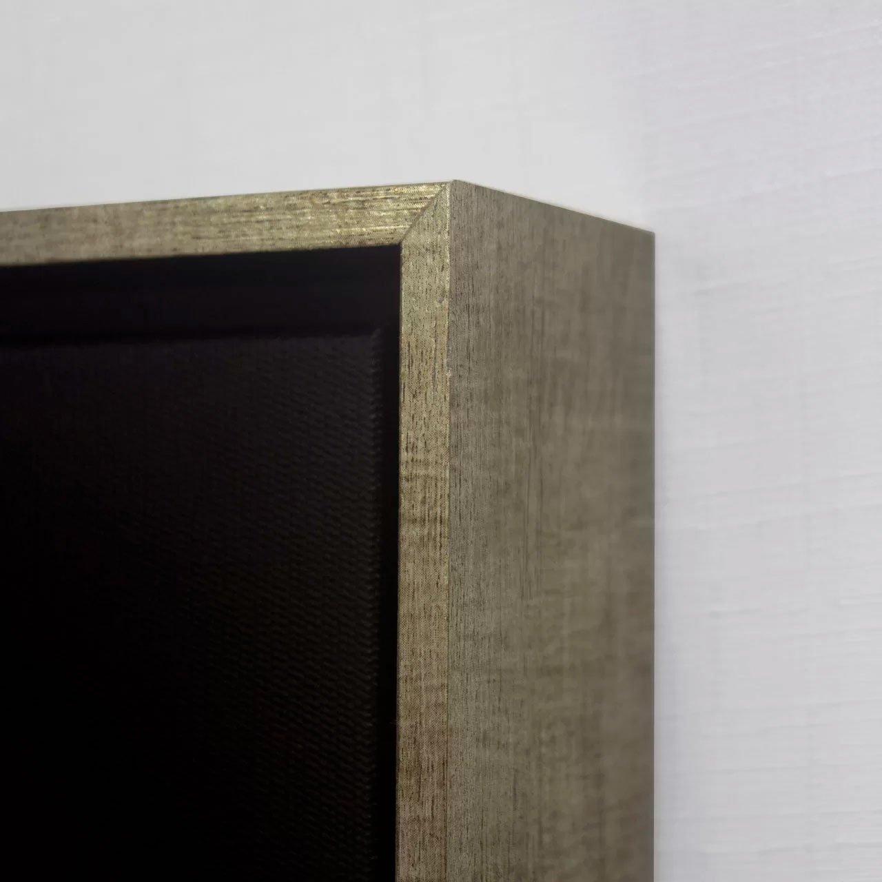 Moldura de alto padrão, feita de madeira maciça com acabamento em prata envelhecida. Moldura flutuante especial para tela canvas.