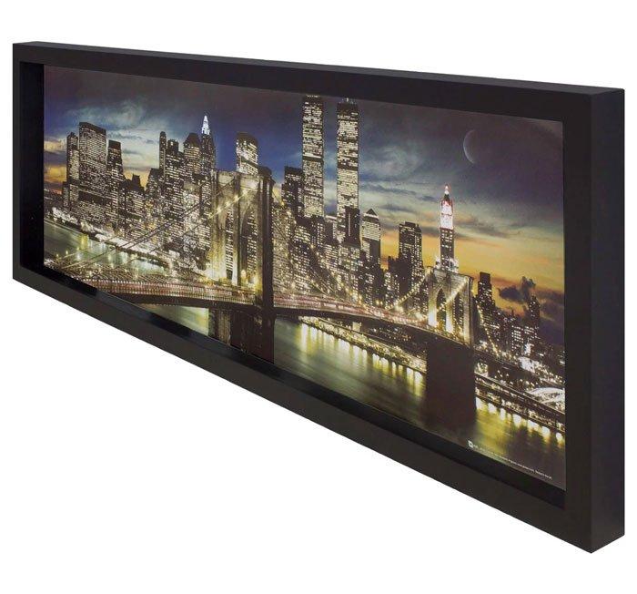 Elaborado com moldura caixa laqueada em preto fosco, a gravura fica ao fundo do quadro,  afastada do vidro. Gerando assim uma sensação de profundidade.