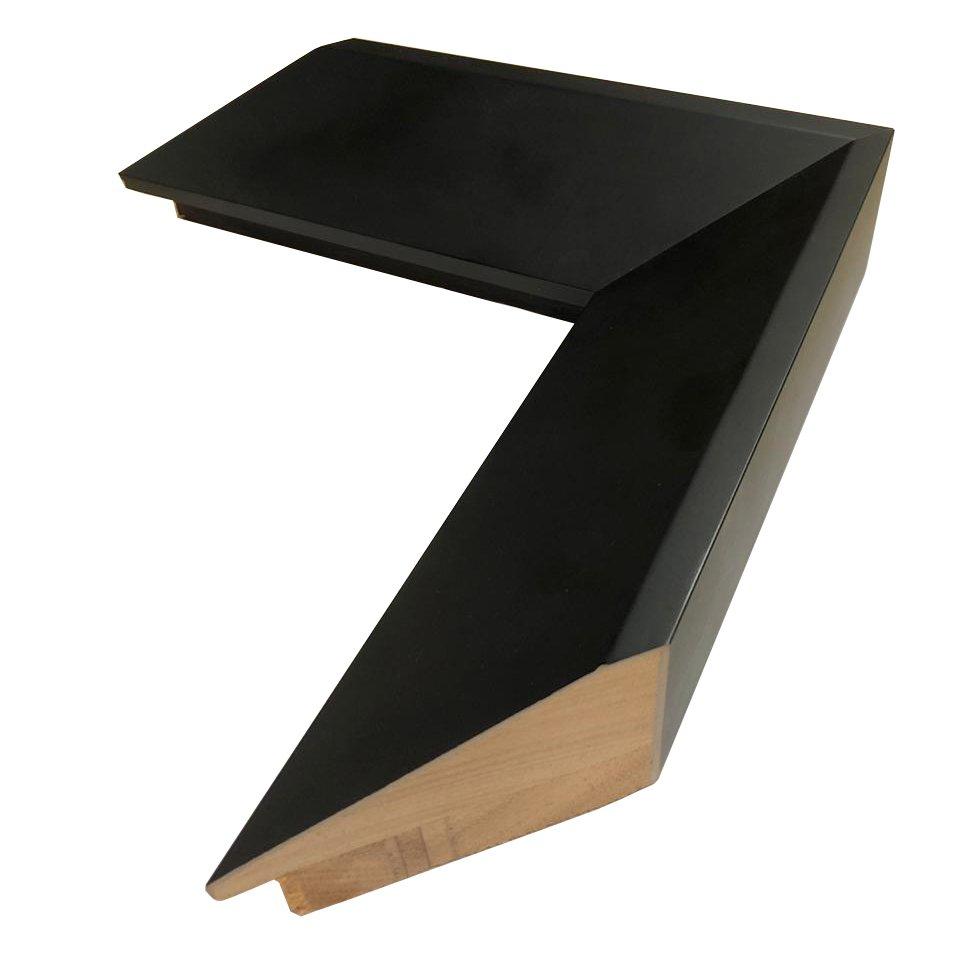 Moldura preta em alto padrão com acabamento laqueado preto fosco.