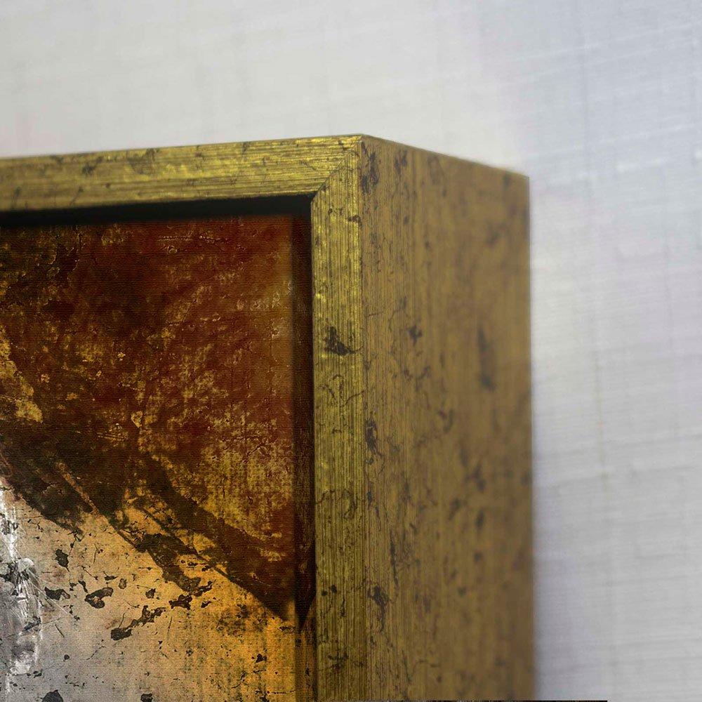 Detalhes: Moldura flutuante em ouro envelhecido com tela canvas.