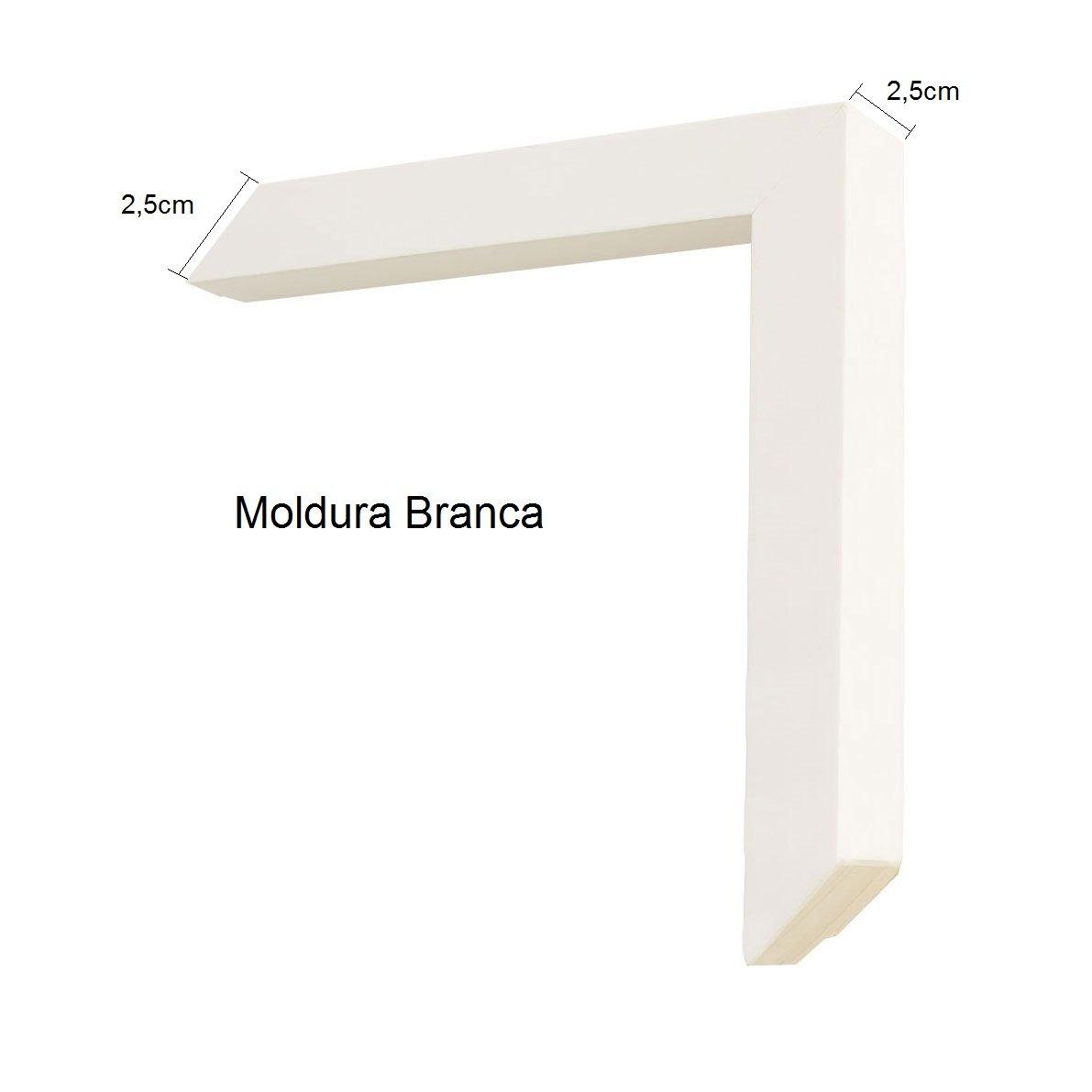 Moldura branca com 2,5 cm de frente por 2,5 cm de profundidade.