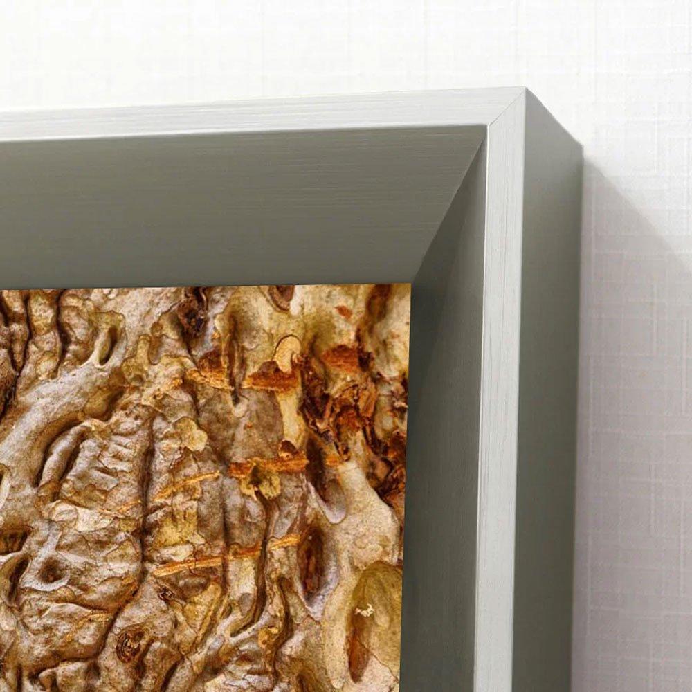 Moldura alto padrão, chanfrada com acabamento laqueado escovado.