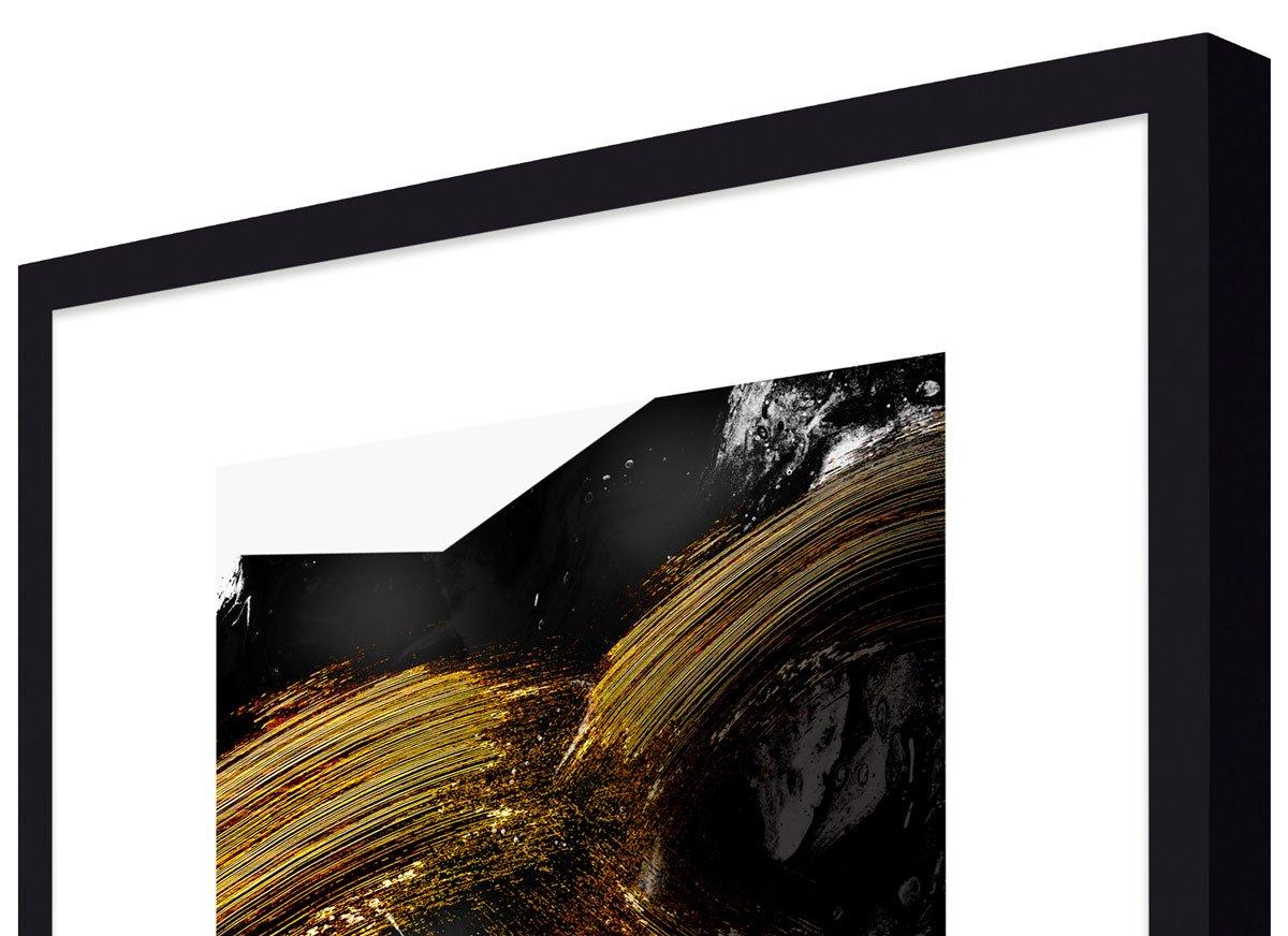 Foto: Moldura em alto padrão, laqueada na cor preto fosco.
