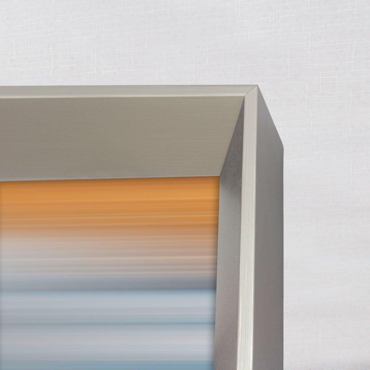 Foto com detalhes da moldura, com acabamento em prata escovado.
