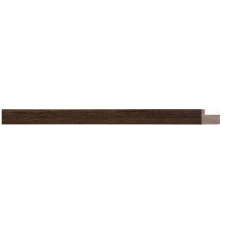 Moldura alto padrão em madeira maciça com acabamento natural tingido.