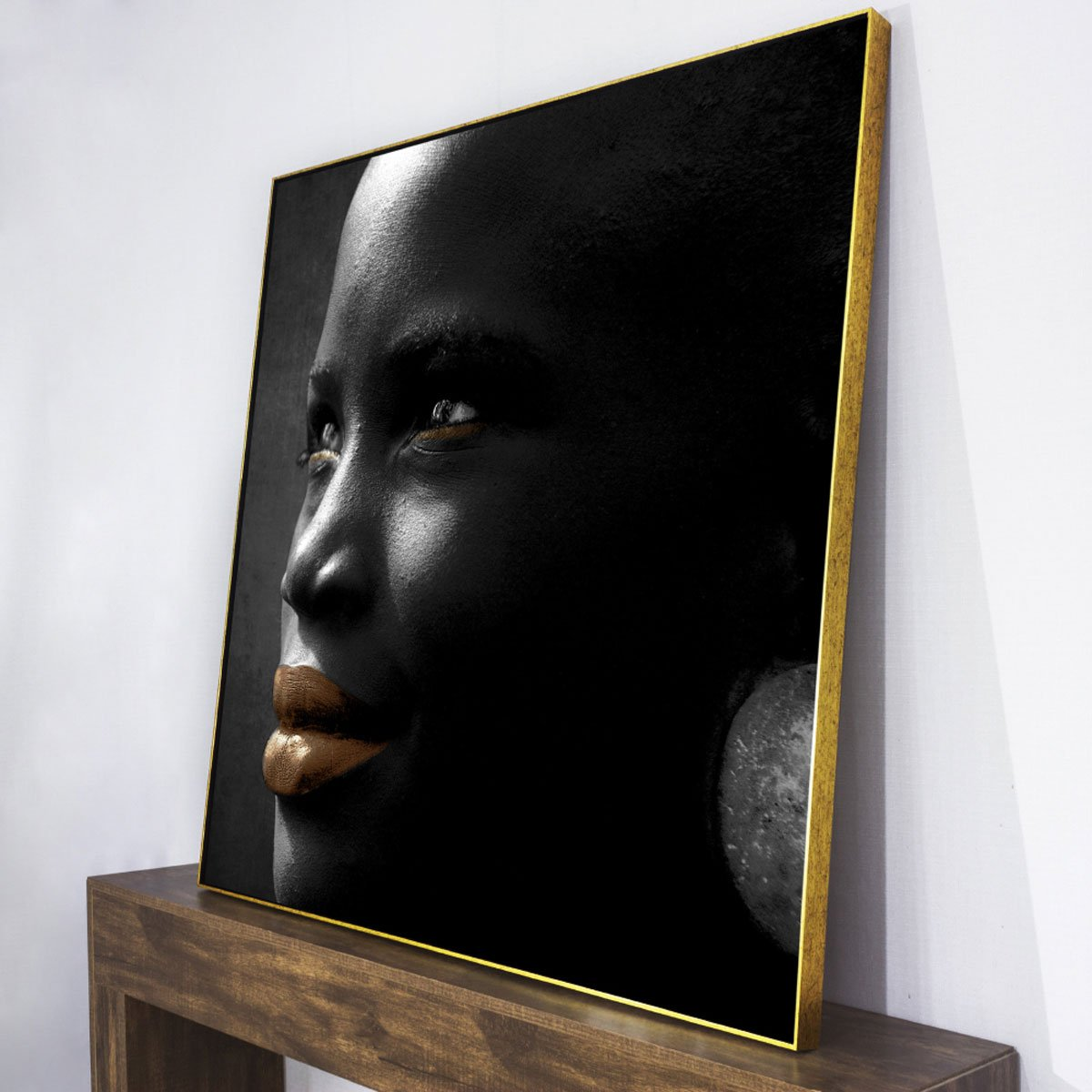 Tela canvas com moldura flutuante dourada.
