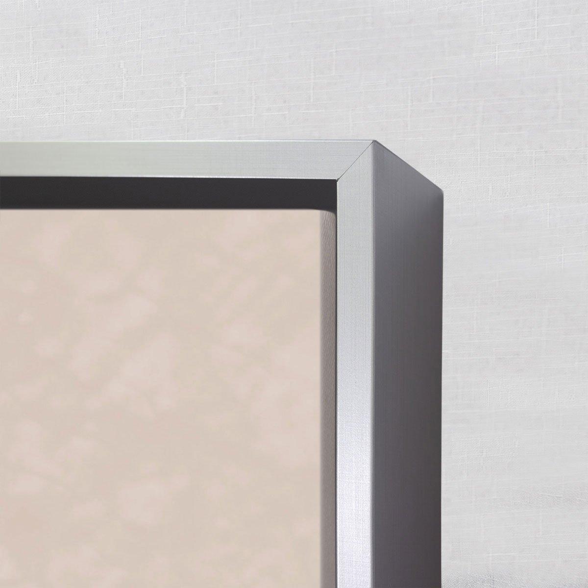 Foto com detalhes da moldura, tela fica um tanto afastada da moldura passando uma sensação de que a obra esta flutuando sobre a moldura.